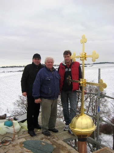 Osazení kříže na věži