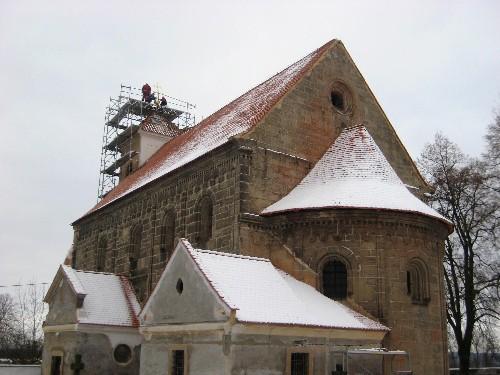 Pohled na kostel při osazování kříže